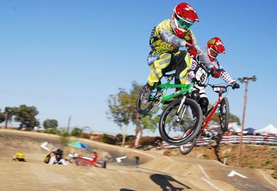 BMX racers springen een bult