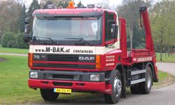 Een vrachtwagen van containerspecialist M-bak