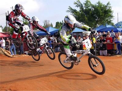 BMX racers rijden een race